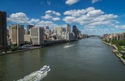 Het oosten rive en de horizon van Manhattan stock fotografie