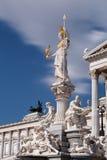 Het Oostenrijkse Parlement met Pallas Athene stock foto's
