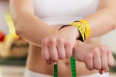 Het op dieet zijn gegaane wild - de handboeien om:doen Vrouw stock afbeeldingen