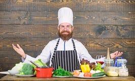 Het op dieet zijn met natuurvoeding Verse product-groenten vegetables Professionele chef-kok in eenvormige kok vitamine het keuke royalty-vrije stock afbeeldingen
