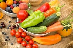 Het op dieet zijn met verse organische seizoengebonden vruchten en groenten - het gezonde eten royalty-vrije stock foto's