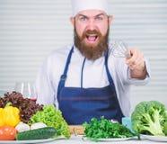 Het op dieet zijn natuurvoeding Boze gebaarde mens chef-kokrecept Culinaire keuken vitamine Het gezonde voedsel koken Rijpe hipst royalty-vrije stock foto