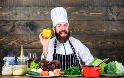 Het op dieet zijn natuurvoeding Het gezonde voedsel koken Rijpe hipster met baard Culinaire keuken vitamine Vegetarische salade m royalty-vrije stock afbeeldingen