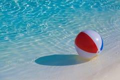 Het opblaasbare kleurrijke bal drijven Royalty-vrije Stock Afbeelding