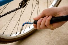 Het opblazen van de band van een fiets Royalty-vrije Stock Fotografie