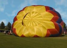 Het opblazen van een hete luchtballon royalty-vrije stock afbeeldingen