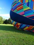 Het opblazen van Hete Luchtballon Stock Foto