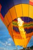 Het opblazen van hete luchtimpuls met brand en gas stock foto