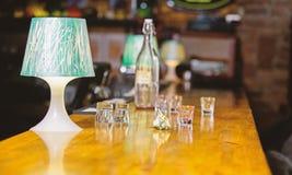 Het opdracht geven van tot dranken in bar Aankoop en betaling Het concept van het contant geldgeld Verlofuiteinden voor barman Ui stock foto's