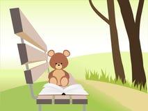Het open boek en draagt stuk speelgoed op bank bij zonsondergangpark De achtergrond van de aard Stock Foto's
