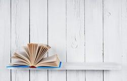 Het open boek op een houten plank royalty-vrije stock fotografie