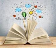 Het open boek op lijst, sluit omhoog royalty-vrije stock afbeelding