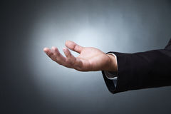 Het open gebaar van de palmhand van mannetje op dark Stock Fotografie