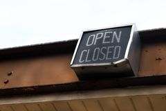 Het open gesloten teken hangen van ketting bij de oude bouw stock foto's