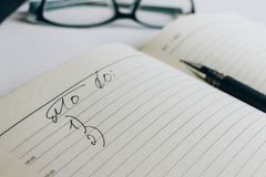 Het open notitieboekje met nota's royalty-vrije stock foto's