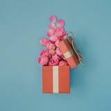 Het open rode hoogtepunt van de giftdoos van roze rozen royalty-vrije stock foto's