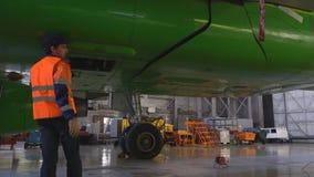 Het open wiel van downofvliegtuigen bij de hangaar 4k stock footage