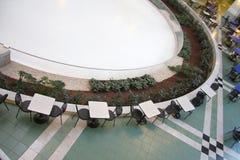 Het openbare ijs schaatsen, lijst en stoelen stock afbeeldingen