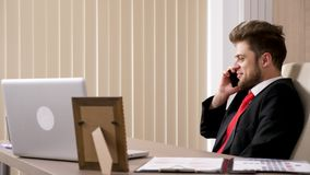 Het openbaren van lengte van zakenman in zwart kostuum die op de telefoon spreken stock videobeelden