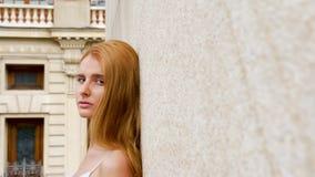 Het openbaren van schot van het jonge schitterende vrouw leunen tegen een muur stock videobeelden