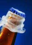 Het openen van bier Stock Fotografie