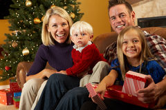 Het Openen van de familie stelt voor Kerstboom voor Royalty-vrije Stock Foto