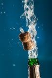 Het openen van de Fles van Champagne Stock Afbeelding