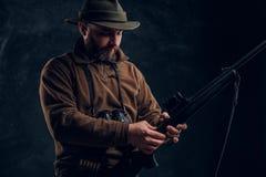 Het openen van het de lente jachtseizoen Jager klaar te jagen en ladend een de jachtgeweer r stock foto's