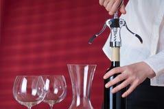 Het openen van de serveerster wijn Royalty-vrije Stock Afbeeldingen