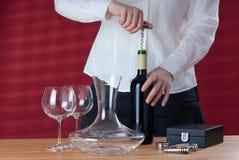 Het openen van de serveerster wijn Stock Foto