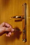 Het openen van deur met sleutel stock afbeeldingen