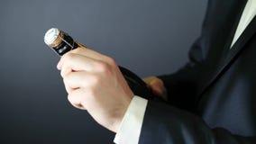Het openen van een fles Champagne 2 stock videobeelden