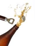 Het openen van een fles koud bier, plonsbeeld. Stock Foto