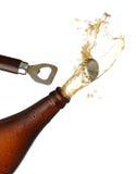 Het openen van een fles koud bier, plonsbeeld. Royalty-vrije Stock Afbeeldingen