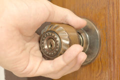 Het openen van een oude deurknop Royalty-vrije Stock Foto