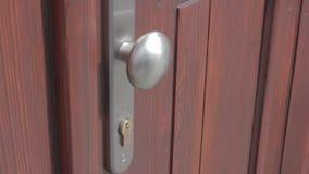 Het openen van en het sluiten van de deur stock footage