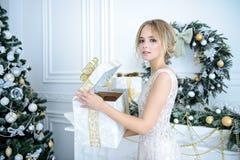 Het openen van gift voor nieuw jaar royalty-vrije stock afbeeldingen