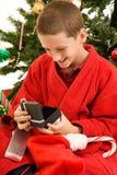 Het openen van Giften op Kerstmis Stock Afbeelding