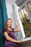 Het openen van het meisje venster royalty-vrije stock afbeelding