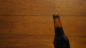 Het openen van koude fles bier met stoom en dalingen stock video