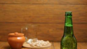 Het openen van koude fles licht bier stock footage