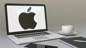 Het openen van laptop met Apple Inc embleem op het scherm De moderne ingang van de Bouw van het Bureau Moderne conceptuele werkpl stock videobeelden