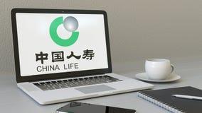 Het openen van laptop met de Verzekeringsmaatschappijembleem van China Life op het scherm Moderne werkplaats conceptuele redactie vector illustratie
