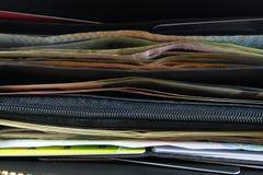 Het openen van portefeuille met euro en dollarbankbiljettenrekeningen, muntstukken en c Royalty-vrije Stock Foto