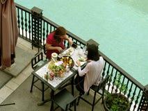 Het openlucht dineren, de Wandelgalerij van Venetië Grand Canal, McKinley-Heuvel, Taguig, Metro Manilla, Filippijnen stock foto