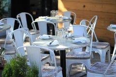 Het openlucht restaurant plaatsen Stock Afbeeldingen