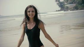 Het openlucht schitterende sexy meisje van de manierzomer met het donkere haar stellen op strand, mooie vrouwentoerist stock video
