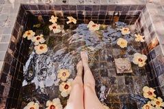 Het openluchtbad rond tropisch groen voor ontspant Kuuroord, organische en huidzorgconcept stock afbeelding