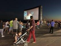 Het openluchtfilmscherm op Coney Island-Promenade Royalty-vrije Stock Fotografie