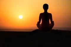 Het openluchtmeisje van de zonsopgangyoga Stock Afbeelding